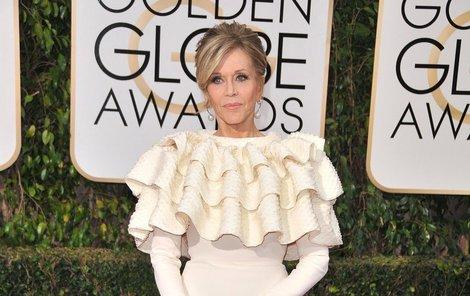 Na Zlatých glóbech maskovala obvazy důvtipnými šaty značky Yves Saint Laurent.