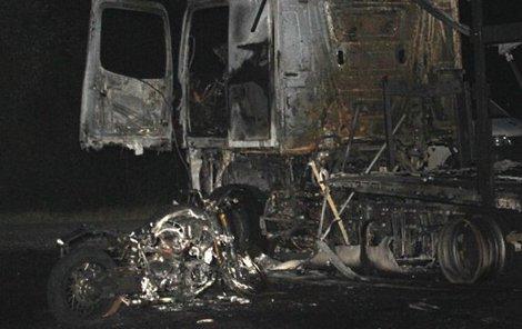 Motorkář už nehodě nemohl zabránit a narazil do palivové nádrže kamionu, která se poškodila. Nafta začala stříkat na motocykl, který vzplál a motocyklista na místě zemřel.