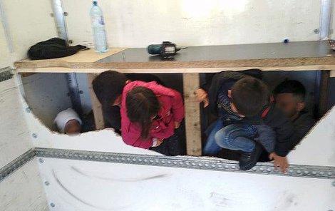 Z úkrytu vylezly i tři malé děti.