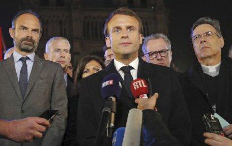 Macron na místo neštěstí dorazil ještě během večera.
