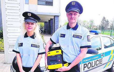 Policisté Eva Huspeková a Petr Werner s defibrilátorem.