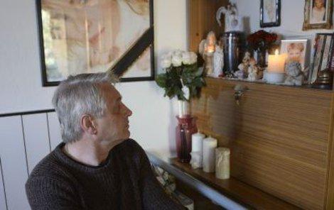 Urna byla v bytě Rychtáře vždy na pietním místě obklopená spoustou jejích věcí.