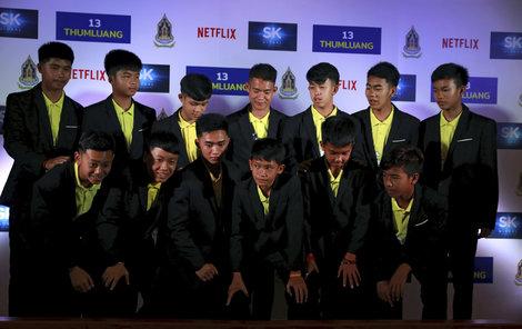 Malým Thajcům vydělává jejich příběh z jeskyně. Za dramatické zpracování každý dostane 2 miliony. Příběh zpracuje Netflix.