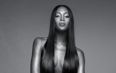 Naomi na vlásku, nebo spíš ve vlásku.