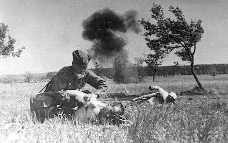 Ošetřování sovětských vojáků při bojích v okolí Slivice, Milína a Březnice.