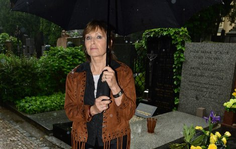 Olga Matušková u hrobu manžela Waldemara Matušky