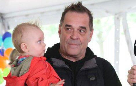 """Vyšli si za """"punkáče"""". S jedenácti měsíčním synkem Samuelem se na akci ukázal i herec Miroslav Etzler (53)."""