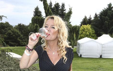 V Botanické zahradě požitkářsky ucucávala vínko.