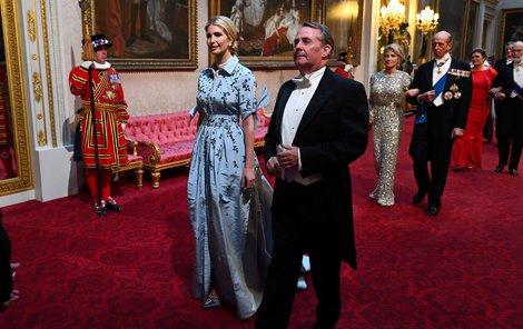 Ivanka Trumpová oblékla modrou róbu, na fotografii se státním tajemníkem Liamem Foxem