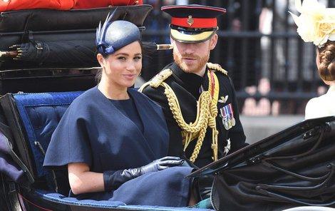 """Princ Harry a Meghan na oslavě narozenin královny Alžběty II. Jen pár dní před tím unikly na veřejnost jejich fotky """"ze zákulisí""""."""