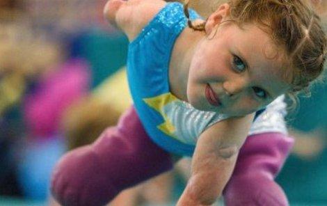 Dívenka cvičí skoro svépomocí.