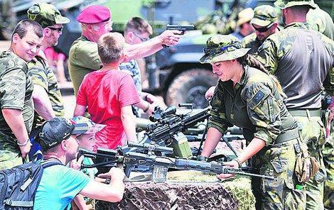 Návštěvníci si mohli detailně prohlédnout i zbraně.