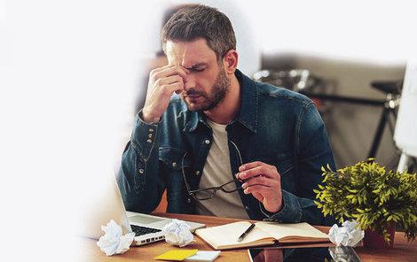 Pracovat navzdory bolehlavu, chřipce či horším diagnózám? Od července už nebudete muset, první tři dny zaměstnavatel proplatí. Ale má to svá úskalí...