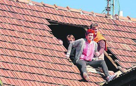 Filmaři ve spolupráci s hasiči museli rozebrat kus střechy.