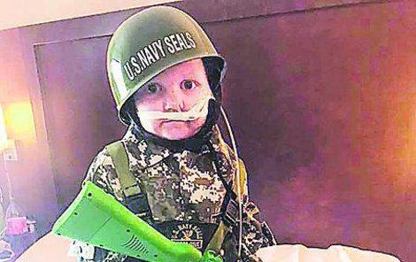 Oakley se po nemocnici proháněl v maskáčích a s flintou.