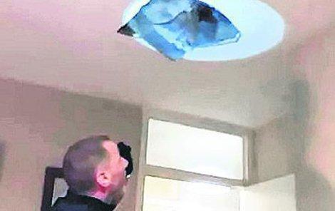 Na muže zákona spadl kus stropu.