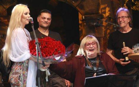 ŘEVNICE, NEDĚLE 16:50 Když se na pódiu objevial dcera Jana s pugétem růží, byla Naďa tak překvapená, že zůstala raději sedět.