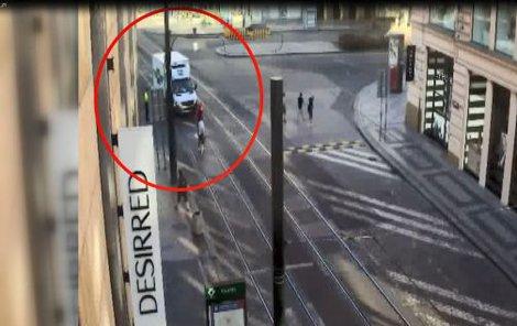 Náklaďák vjel do ulice od Václavského náměstí.
