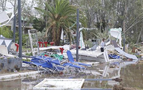 V Řecku pokračuje odklízení škod, které způsobila bouře na poloostrově Chalkidiki (12. 7. 2019)