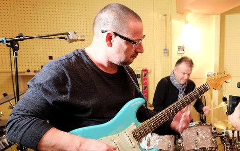 Jiří Vaculík (†54) coby skvělý kytarista, v pozadí Petr Chmela u bicích. Nejlepší kamarádi si hráli pro radost.