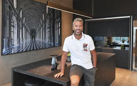 Petr Nedvěd pozval redaktora deníku Sport do svého nového pražského bytu