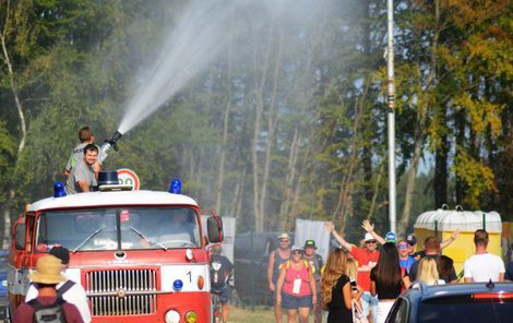 Na závodech stříkali hasiči vodu na vyprahlé diváky.