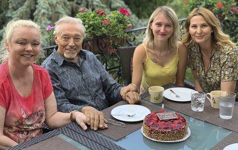 Karel Gott s manželkou Ivanou a dcerami Dominikou a Lucií.