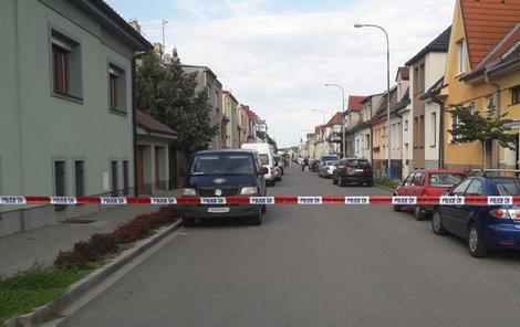 Policisté vyšetřují dvojnásobnou vraždu v Břeclavi. Mrtvý je senior (†75) a jeho zhruba padesátiletá spolubydlící.