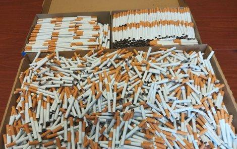 Zabavené nelegální kuřivo, tabák a peníze.