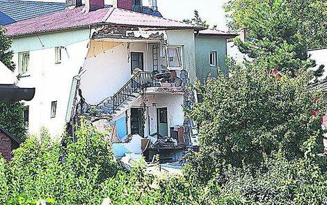Dům byl natolik poškozen, že bude asi muset být zbourán.