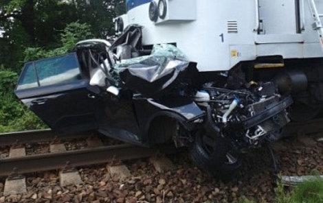Vlak tlačil auto 300  metrů.