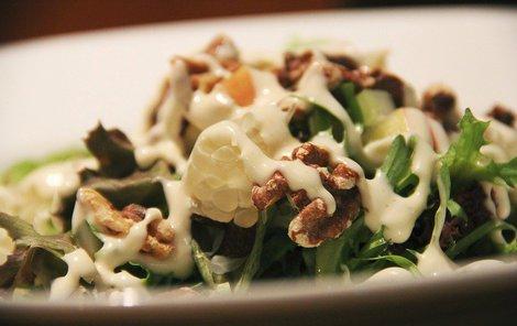 Salát s ořechy