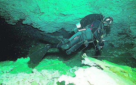 Potápěči vyrazili do podvodních jeskyní.