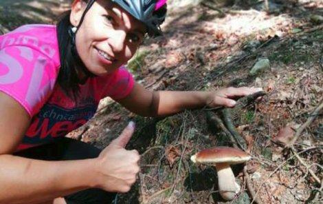 Lenka Tománková ze Šumavy hlásí, že houby lze sbírat rovnou z kola.