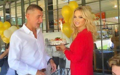 Oslava 65. narozenin premiéra Andreje Babiše (ANO). Byl dort i mohutný dárek.