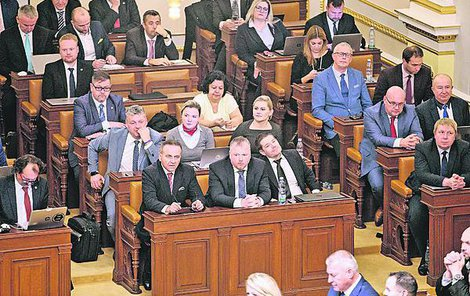 takto se možná vedení Sněmovny (ve středu fotky Vojtěch Filip z KSČM) domlouvá, jak v pátek co nejrychleji vypadnout.