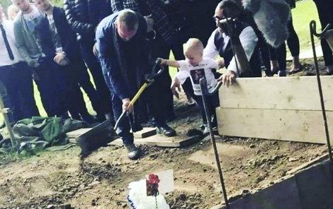 Táta byl pro malého synka vším. Pozůstalí doufají, že fotkou zamezí dalším útokům.