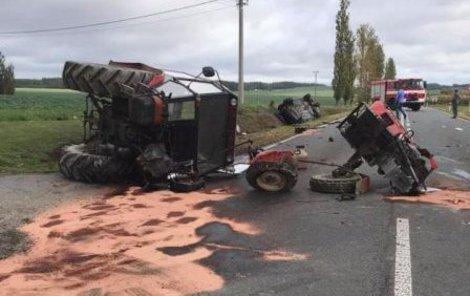 Řidič traktoru byli převezeni do nemocnice sanitkami