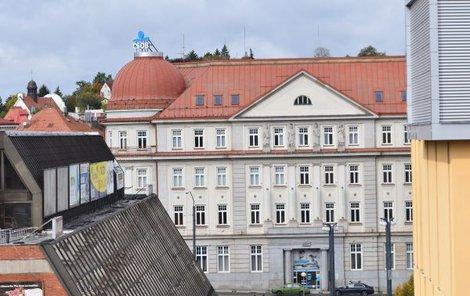 Bankéř vyskočil na rušnou třídu 1. máje z první patra budovy.