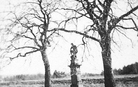 40. léta 20. století Takto vypadala, než sochu Ježíše Krista v roce 1959 rozkopali vandalové.