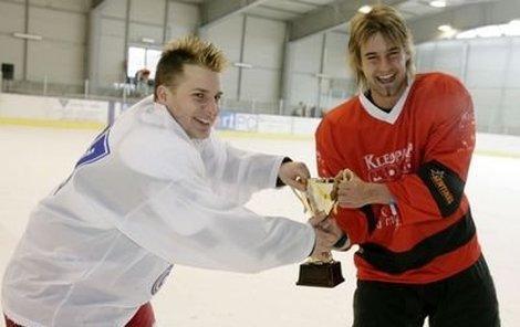 Přestože zápas skončil nerozhodně, pohár pro vítěze chtěli oba kapitáni, a proto se o něj Tomáš Savka (vlevo) s Petrem Poláčkem přetahoval