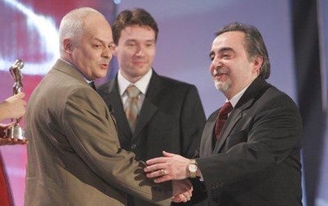 Režisér Dušan Klein (vpravo) a šéfproducent projektu Ulice Petr Erben (uprostřed) přebírají od Bohumila Klepla za Ulici bronzové Anno 2005 v kategorii Pořad roku