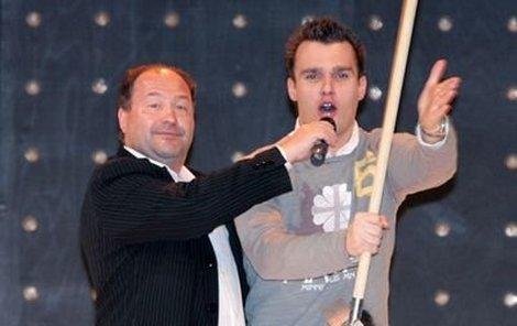 Leoš, který show odmoderoval ve stejném oblečení jako minulý týden  jinou akci, vtipkoval na pódiu s Michalem Davidem.