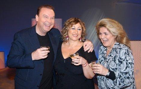 Halině Pawlowské (uprostřed) gratulovali a šampíčkem si s ní připili i Štefan Margita a Gabriela Beňačková.