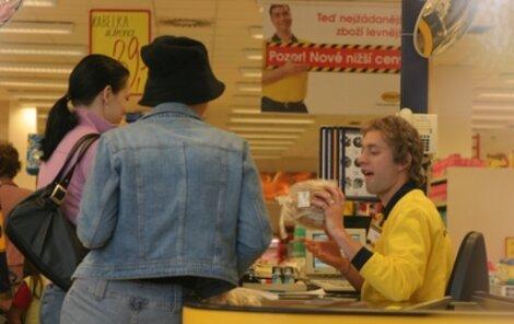 Kykolka jako pokladní v supermarketu »brnkal« na nervy kupujícím.