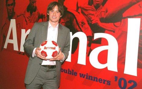 Tomáš Rosický krátce po podpisu smlouvy s Arsenalem zapózoval před »stěnou slávy« s míčem v barvách svého nového klubu.