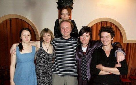 Ivana Uhlířová (zleva), Vesna Cáceres, Iveta Dušková, Jaroslav Dušek, Jitka Sedláčková a Nataša Burger budou zkoušet čtyři polohy!