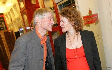 Vladimír Dlouhý si užíval divadla v doprovodu své partnerky Petry Jungmannové.