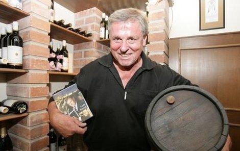 Laďa Kerndl už se těší, až své nové DVD pokřtí kvalitním vínem.