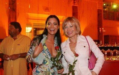 Jana Švandová s Gábinou Partyšovou, která od doby, co se nechala vyfotit pro Playboy, nosí tak velké výstřihy, že ukazují téměř úplně všechno.